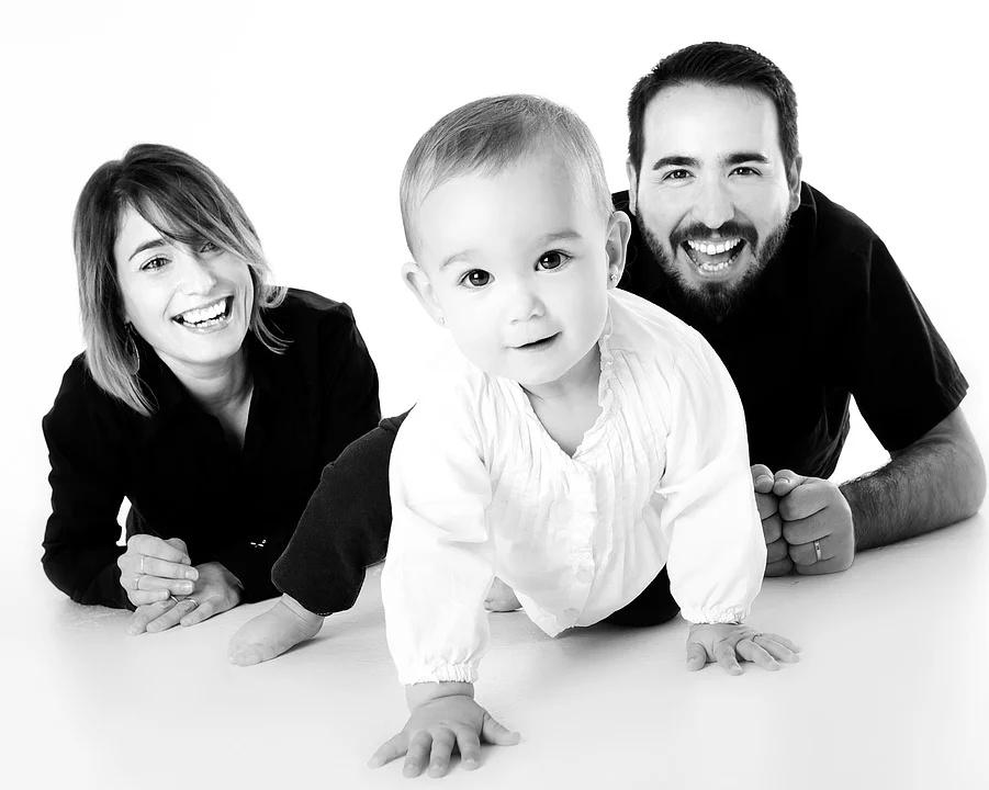 photo d'une famille avec leur bébé